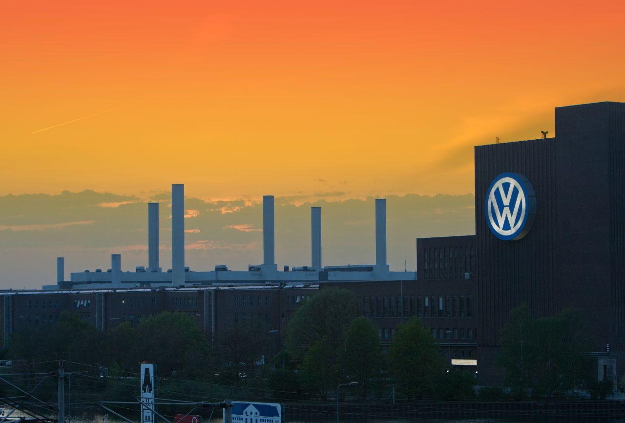 """ARCHIV - Das Hauptwerk der Volkswagen AG in Wolfsburg, aufgenommen am 28.04.2012. Foto: Jens Wolf/dpa (zu dpa-Themenpaket:""""10 Jahre VW-Affäre"""" vom 19.06.2015) +++(c) dpa - Bildfunk+++"""