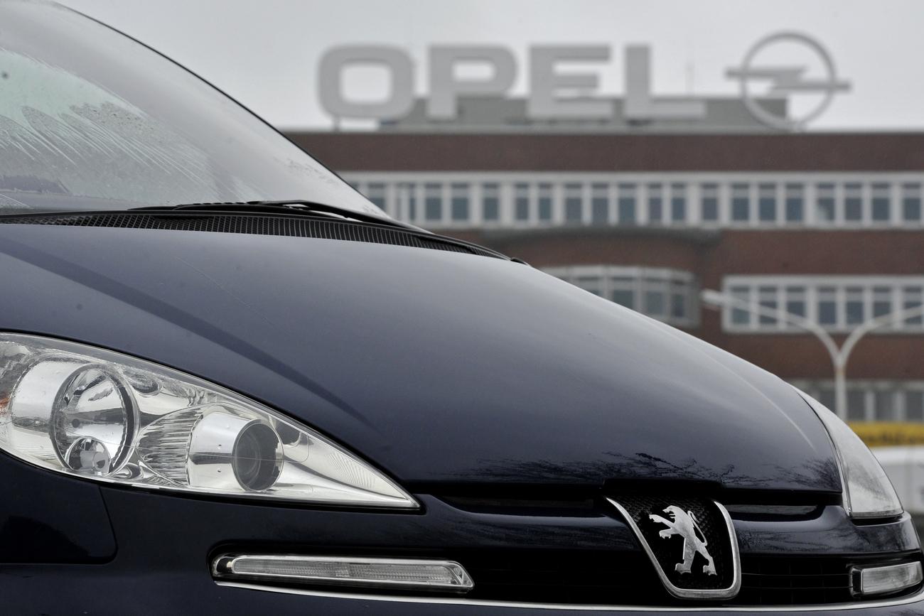 """ARCHIV - Ein Peugeot steht am 29.01.2013 vor dem Opel-Werk in Bochum (Nordrhein-Westfalen). (Zu dpa """"Experte: PSA ist Chance für Opel - aber Größe kein Selbstzweck"""" vom 04.03.2017) (KEYSTONE/DPA/A4014/_Marius Becker)"""