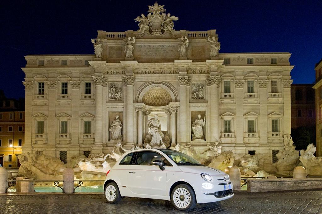 © Piergiorgio Pirrone - LaPresse 04-07-2019 Roma Foto esclusive Fiat 500 davanti alla fontana di Trevi nella foto: Fiat 500 a Piazza di Trevi