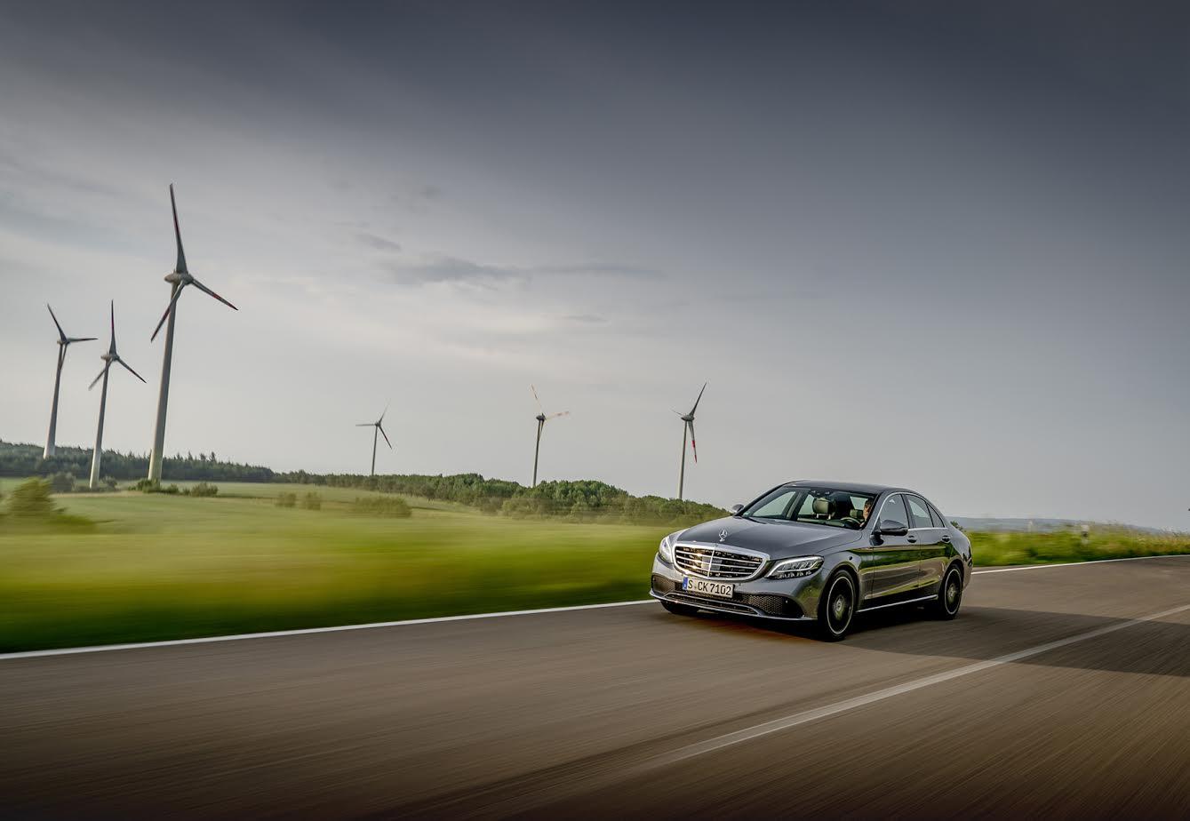 Mercedes-Benz C200 Limousine, selenitgrau metallic designo, Leder Nappa zweifarbig platinweiß pearl/schwarz.;Kraftstoffverbrauch kombiniert: 6,3-6,0 l/100 km; CO2-Emissionen kombiniert: 144-136 g/km*Mercedes-Benz C200 Sedan, selenite grey metallic Two-tone designo nappa leather platinum white pearl/black.;Fuel consumption combined: 6.3-6.0 l/100 km; Combined CO2 emissions: 144-136 g/km*