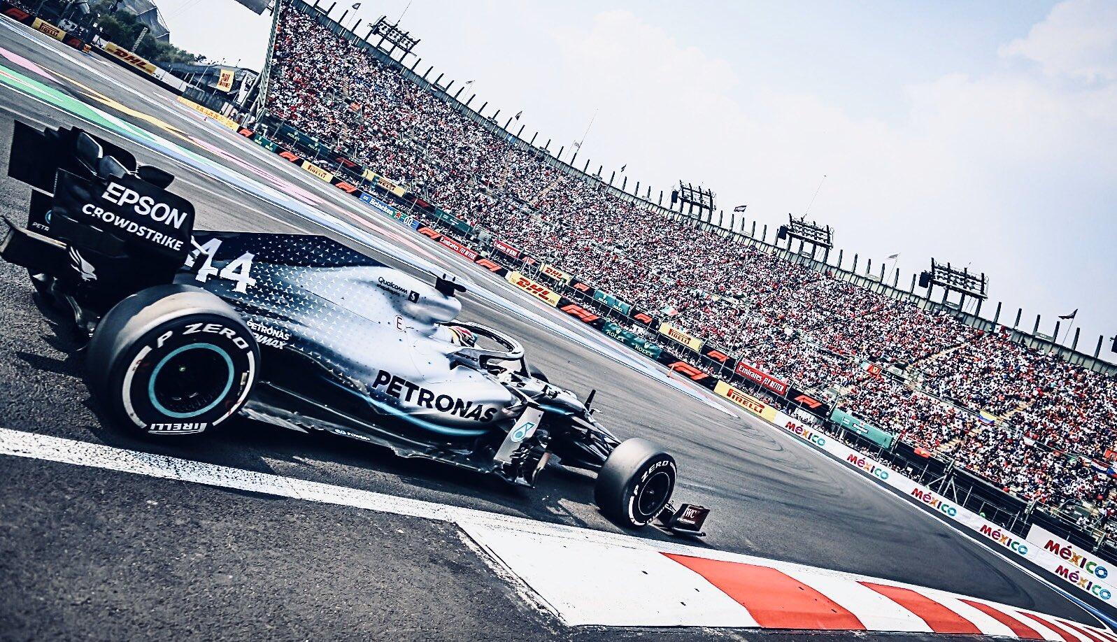 Poco antes de la primera curva después de la largada. Encabezan las Ferrari y Verstappen amaga ganarle el tercer lugar a Hamilton, aunque luego vendría el roce que lo mandaría 8º al cabo del primer giro...